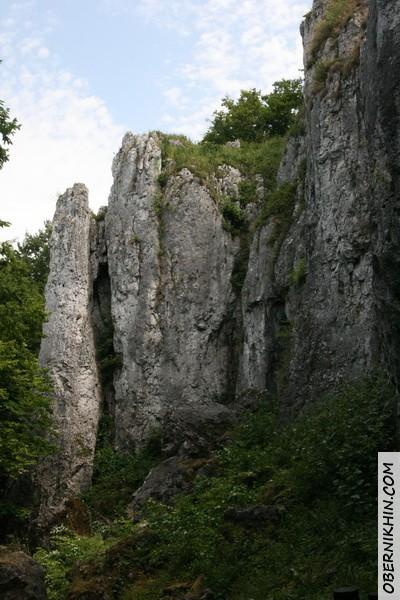 на входе в пещеры